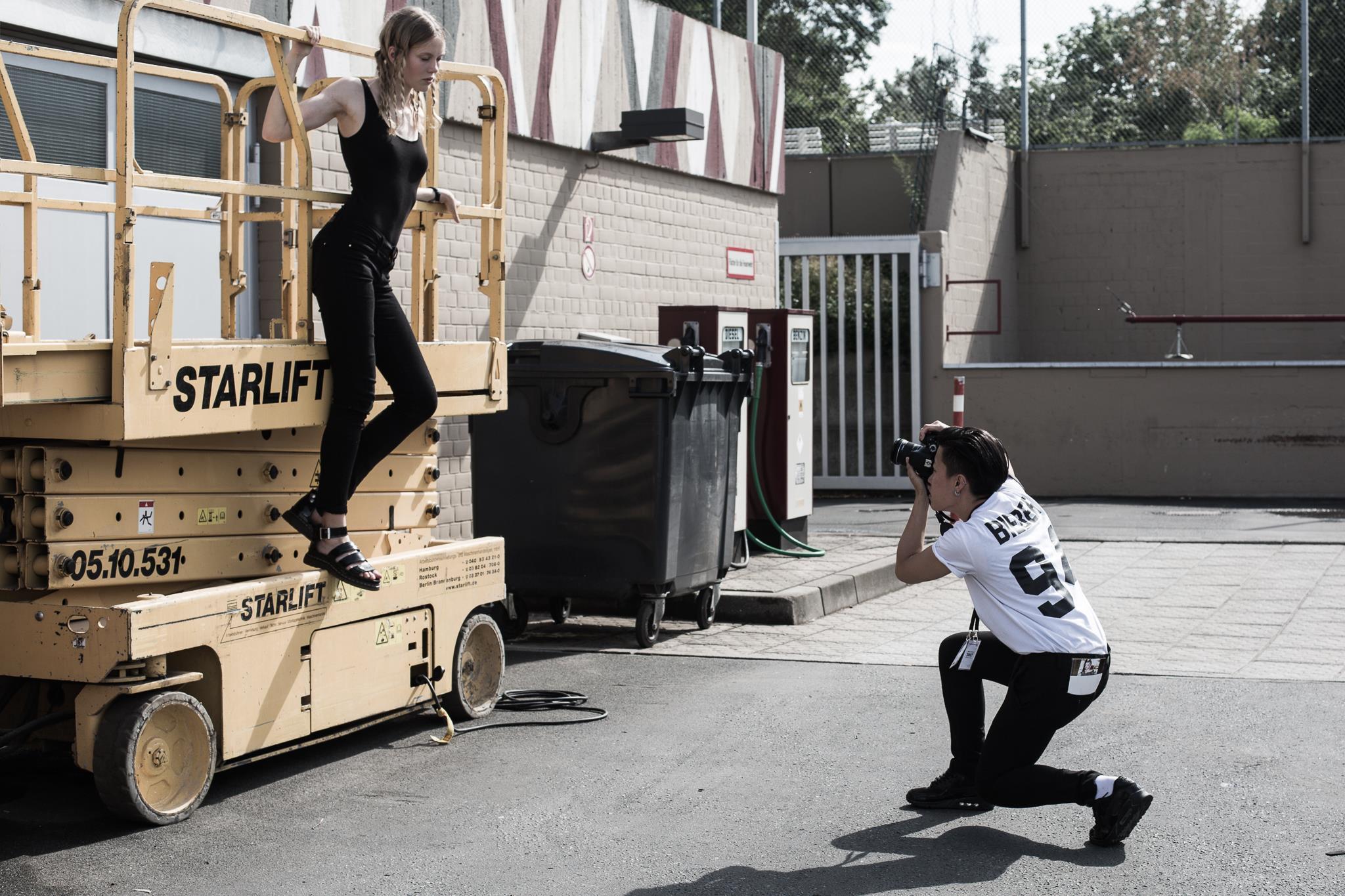 Ik schiet een model backstage bij Julian Zigerli op Berlin Fashion Week SS17