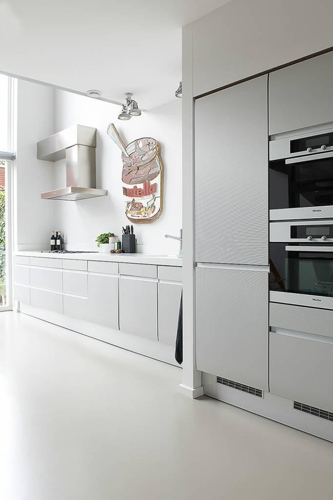 keuken met houtkunstwerk